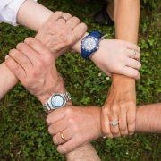 Loyalität von Mitarbeitern - Hände fassen im Kreis